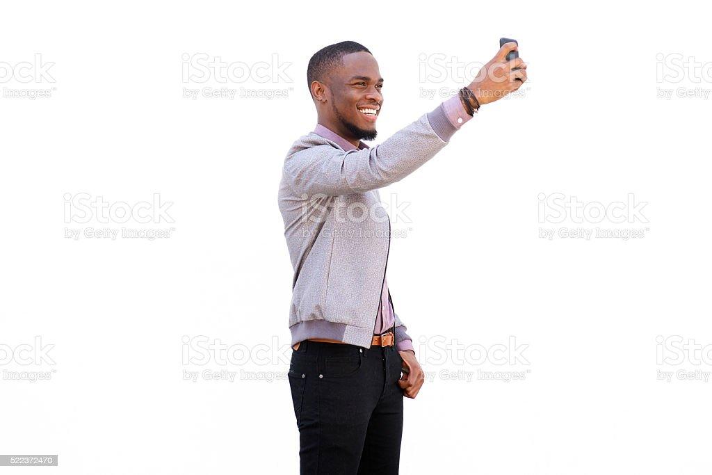 Séduisante jeune homme parlant des autophotos - Photo