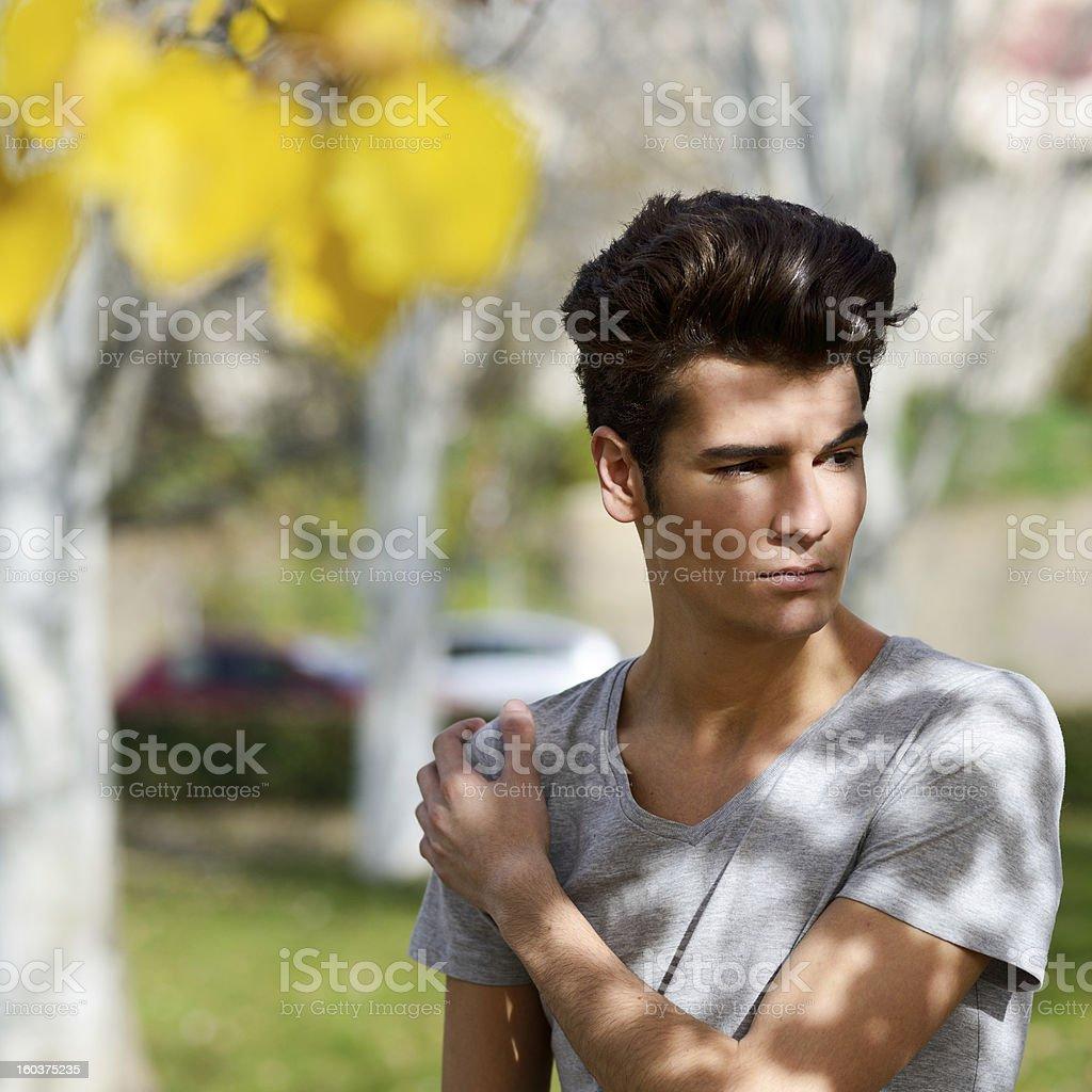 Attraktiver Junger Mann Mit Modernen Frisur Im Städtischen