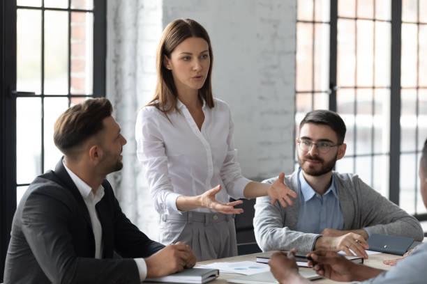 attraktive junge mentorin businesswoman führt coaching im sitzungssaal. - leitende position stock-fotos und bilder