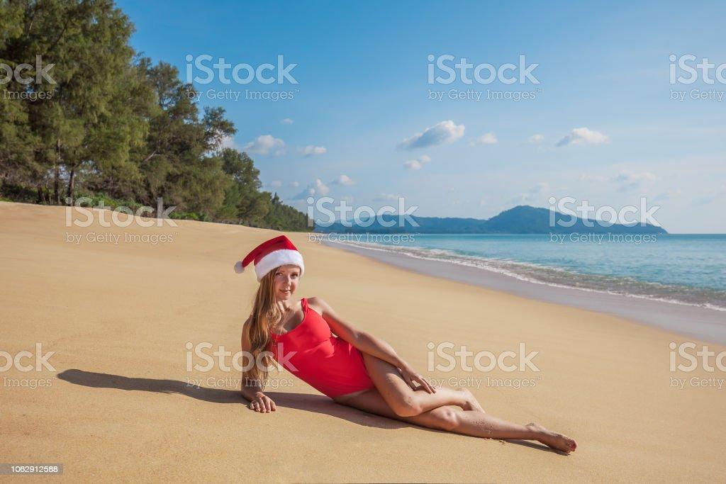 56ae1f4974c7 Atractiva Mujer Sexy Joven De Sombrero Rojo De Santa Claus Y Traje ...