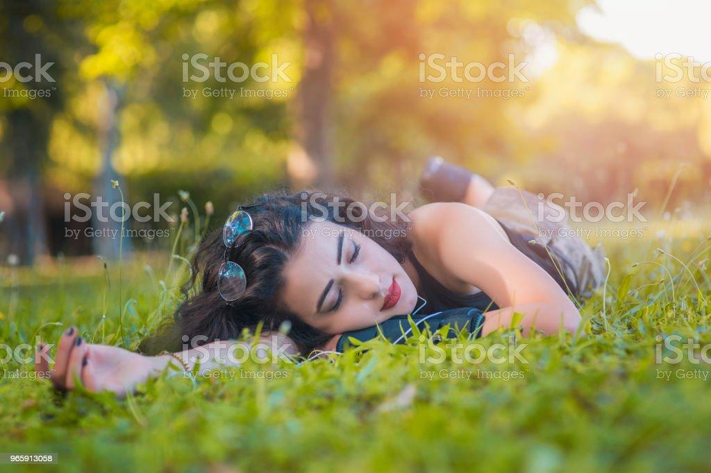 Aantrekkelijke jonge student die slaapt op het gras - Royalty-free Alleen volwassenen Stockfoto