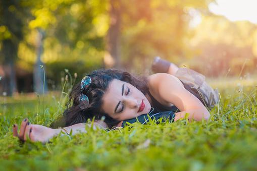 Aantrekkelijke Jonge Student Die Slaapt Op Het Gras Stockfoto en meer beelden van Afrikaanse etniciteit