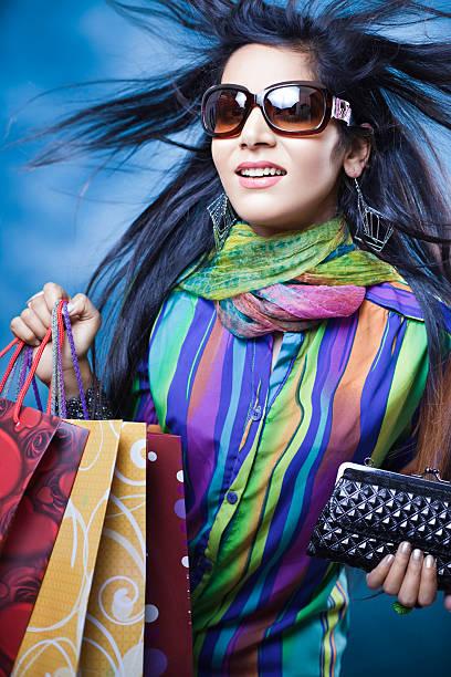 attraktive junge urbane frau mit fliegenden haare und einkaufstaschen. - dunkle flecken entferner stock-fotos und bilder