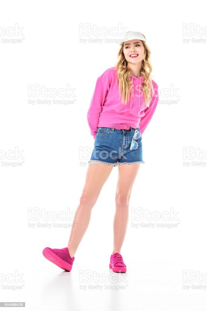 Atractiva Joven Vestida De Color Rosa Y Usar Visera Aislado