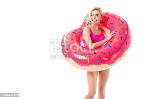 1558a84a7 944615178istock Atractiva joven vestida en traje de baño rosa con el  anillo de la