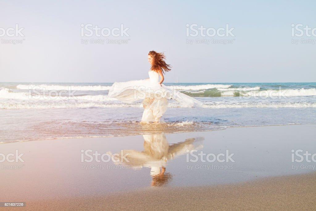 Atractivo joven disfrutando de un día en la playa - foto de stock