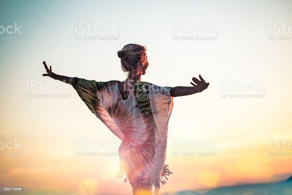 Atraente mulher jovem desfrutando na praia - foto de acervo