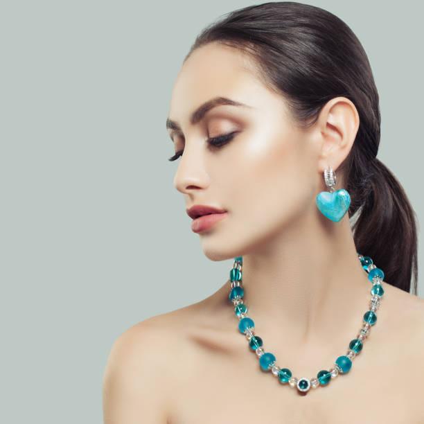 attraktive junge frau, mode beauty portrait - türkise haare stock-fotos und bilder