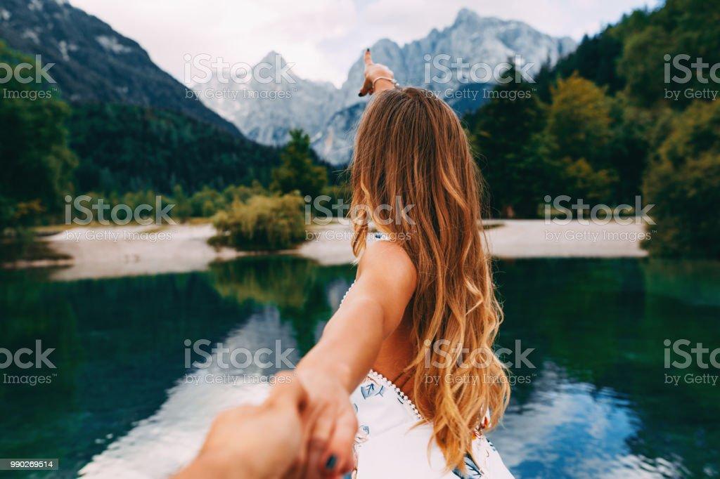 Attraktive junge Frau an Hand der Freundin und Wandern am See – Foto