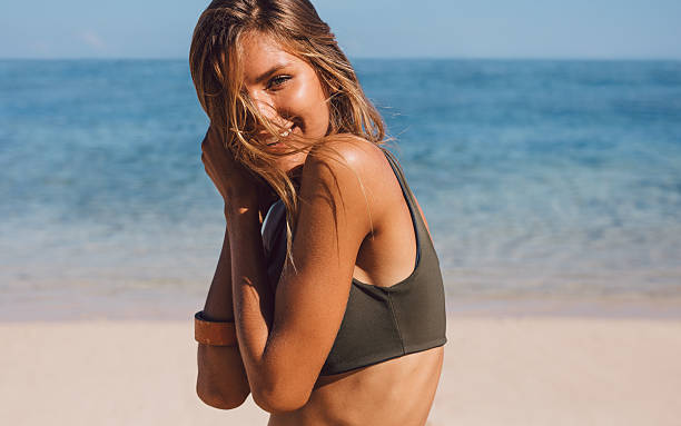 Atractiva mujer joven en bikini - foto de stock