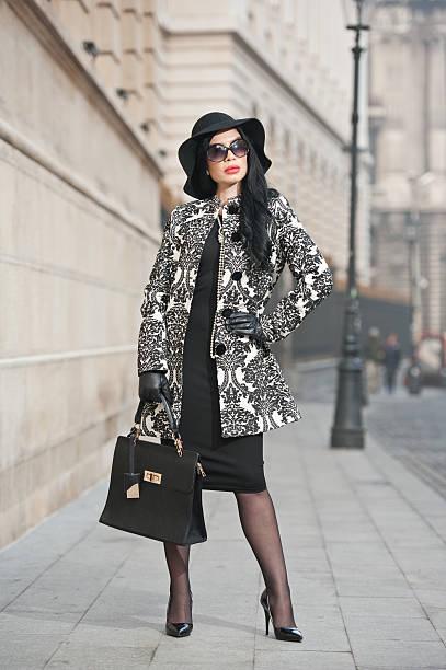 Attraktive junge Frau in städtischen winter Mode-Aufnahme – Foto