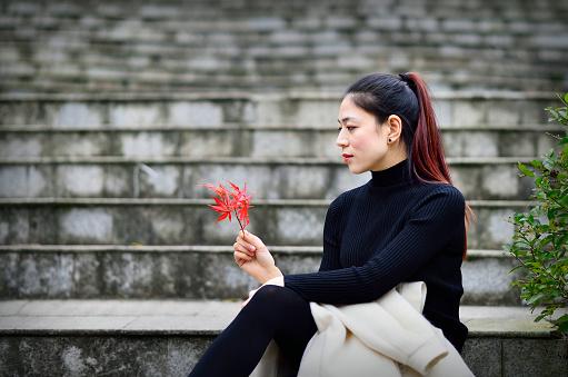 魅力的な若い女性は屋外の階段に座っています - アジアおよびインド民族のストックフォトや画像を多数ご用意