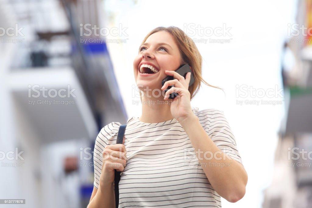 belle jeune femme rire et parler au mobile phonea - Photo