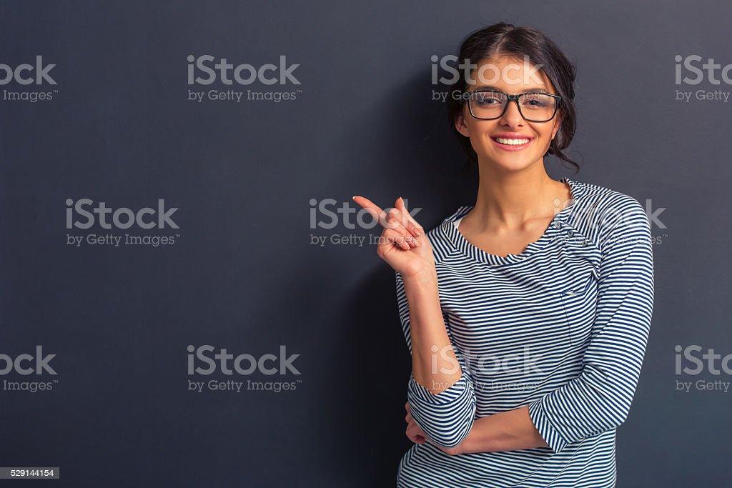 Atractiva mujer joven - foto de stock