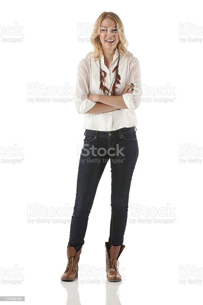 Belle jeune femme debout avec les bras croisés - Photo