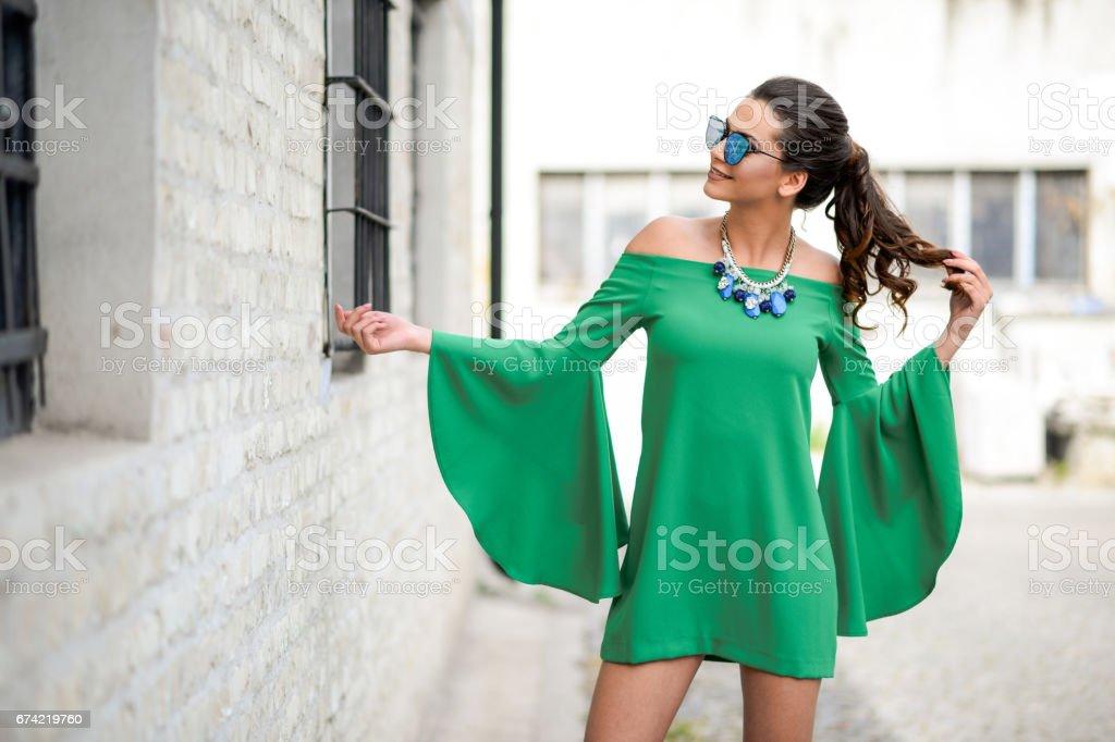 Attraktive junge Frau trägt lebendige grüne Seidenkleid – Foto