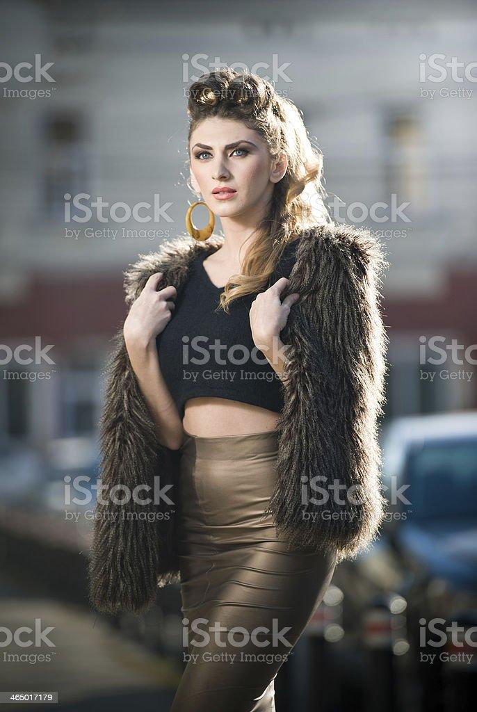 Attraktive junge Frau mit Pelz-cape in urbane Mode Schuss – Foto