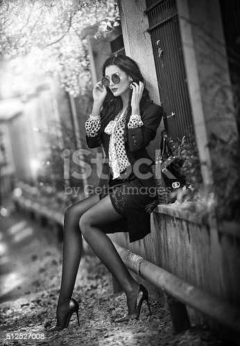 509923232 istock photo Attractive young woman with sunglasses in autumnal fashion shot 512527008