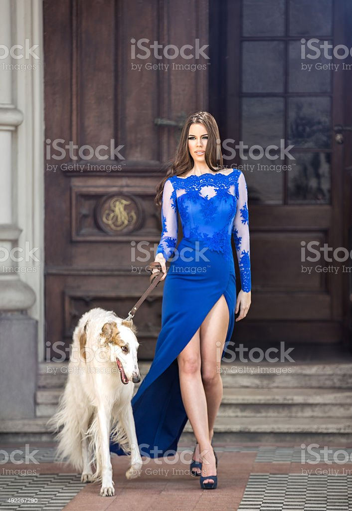 Atrakcyjna Młoda kobieta z thoroughbred greyhound wyjście z niej – zdjęcie