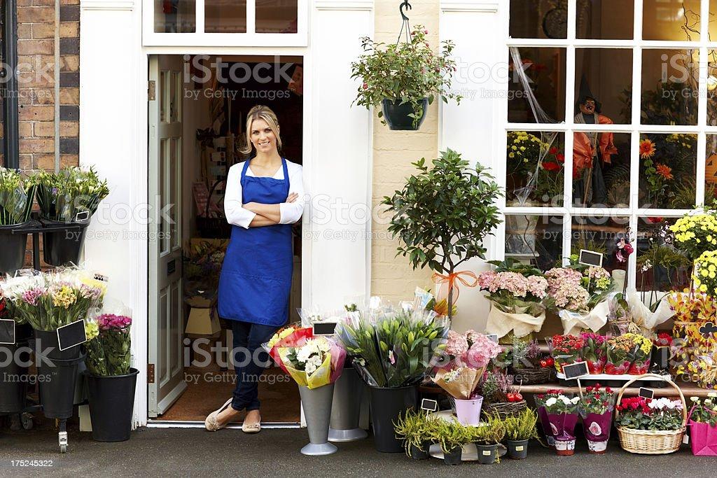 Attraktive junge Frau Arbeiten bei Blume shop lächelnd – Foto