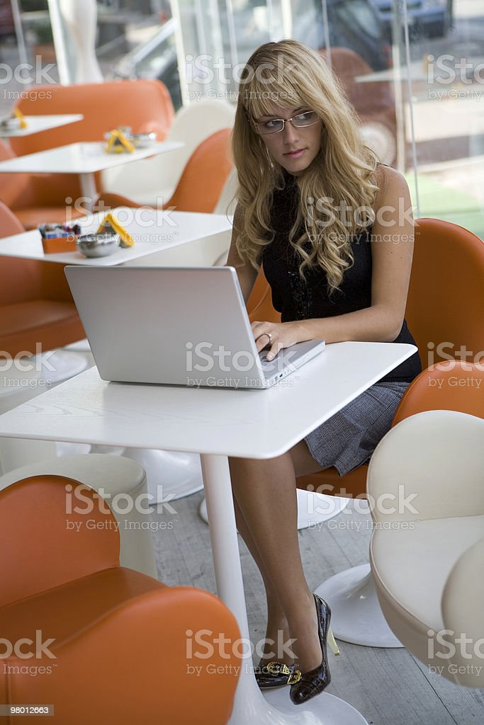 Attractive young woman working with a laptop royalty free stockfoto