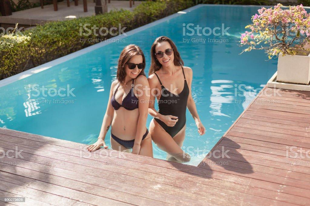 Atractivas De En Jóvenes La Traje Bikini Mujeres Posición Baño Y 0O8wkXnP