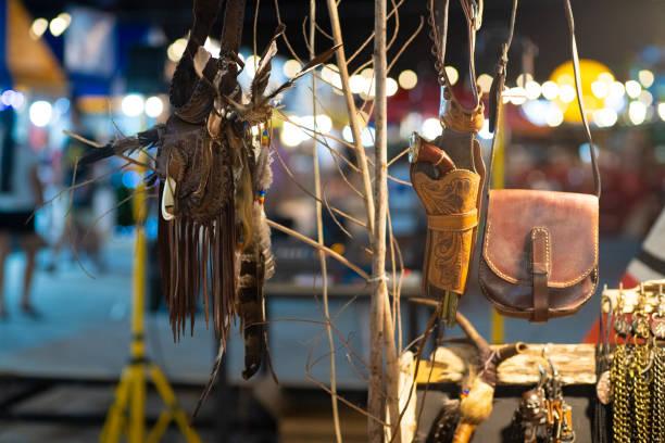attribute der native american culture bei einem native american festival - traumfänger malerei stock-fotos und bilder