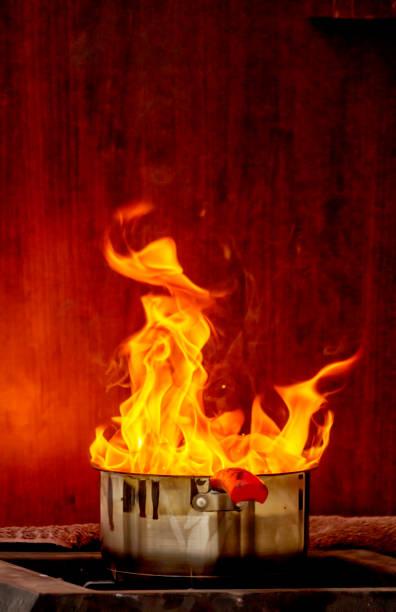 Au feu Un feu dans un chaudron sur une cuisinière. feu stock pictures, royalty-free photos & images