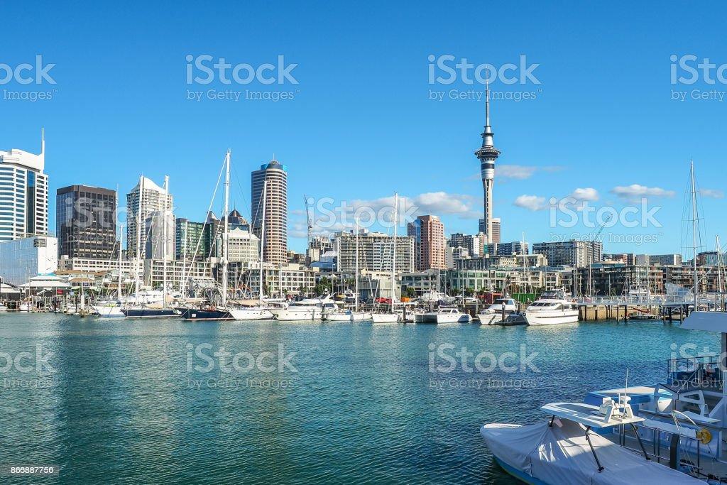 Hafen von Auckland und Sky tower, das Wahrzeichen in NZ. – Foto