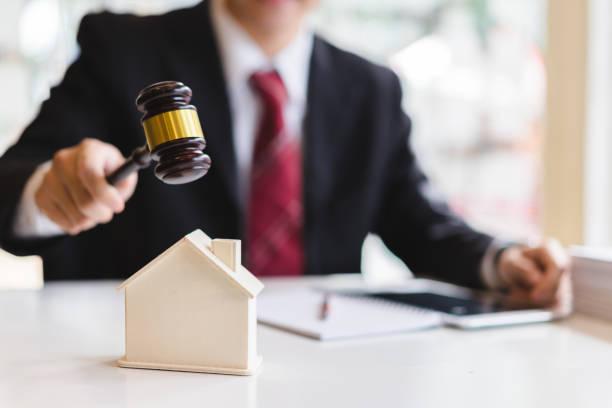 auktionator umzuwerfen ein musterhaus mit seinem hammer, immobilien verkauf auktion konzept - versteigerung stock-fotos und bilder