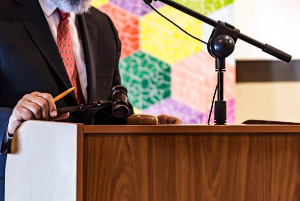 auktionator mit seinem hammer. einenen - versteigerung stock-fotos und bilder