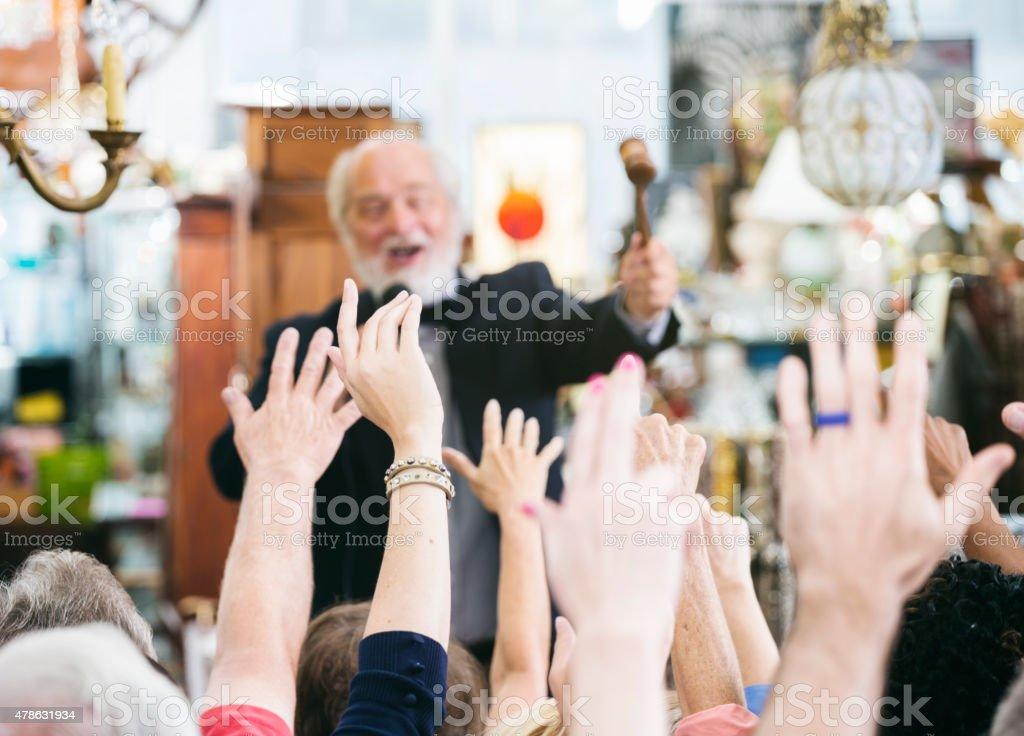 Аукционисту с большими толпу покупателя стоковое фото