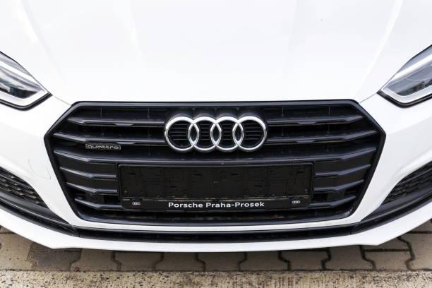 Audi-Firmenlogo auf Auto Audi Quattro – Foto
