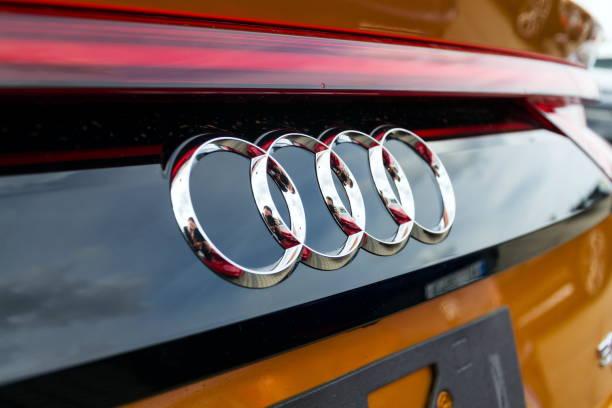 Audi-Firmenlogo auf Auto – Foto
