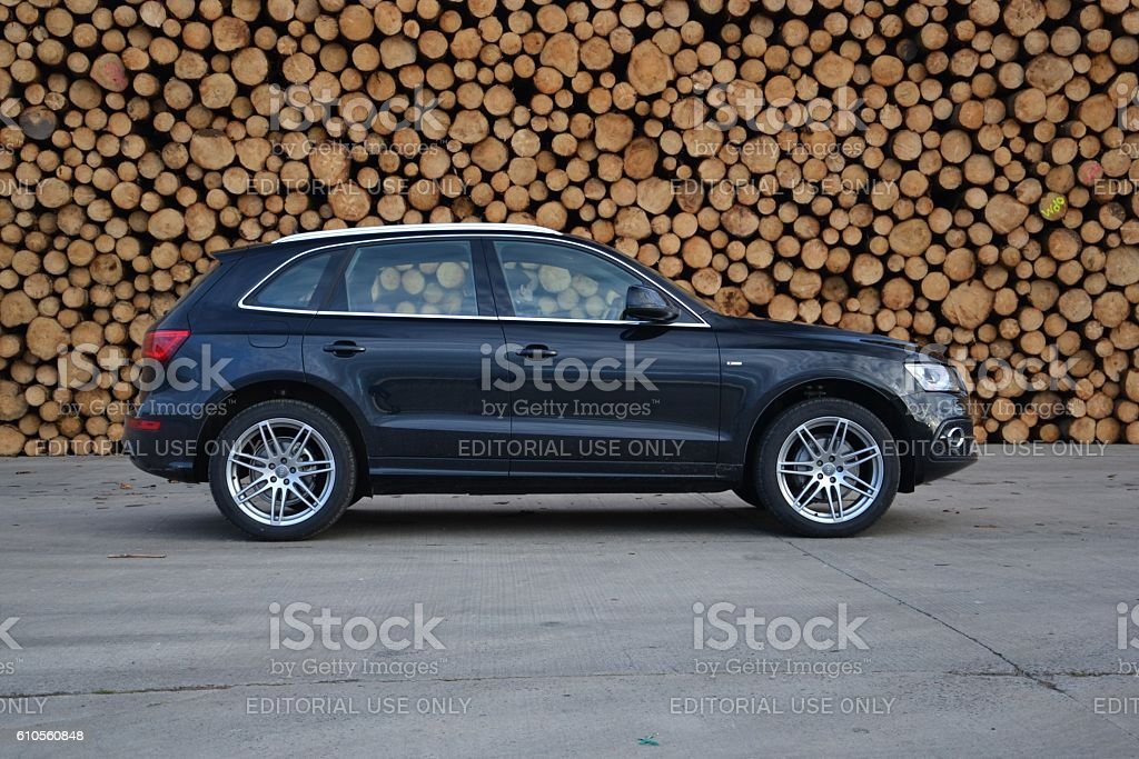 Audi Q5 on the road - foto stock