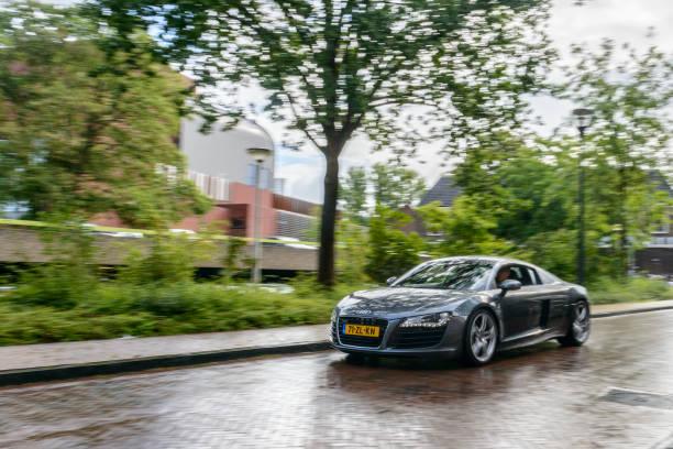 Audi R8 Quattro Coupe sportwagen rijden in de regen foto