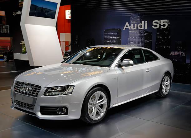 audi s5 coupe vorderansicht in einem motor show - audi s5 coupe stock-fotos und bilder