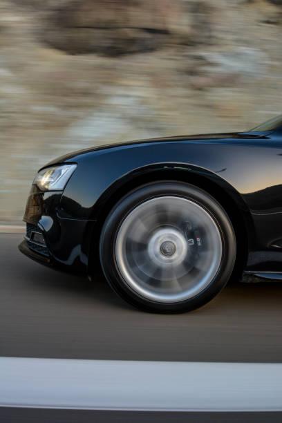 audi s5 in bewegung - audi s5 coupe stock-fotos und bilder