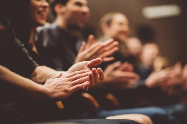 publiczność oklaskiwana w teatrze - atmosfera wydarzenia zdjęcia i obrazy z banku zdjęć