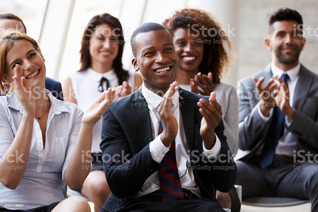 Público aplaudindo palestrante na conferência de negócios - foto de acervo