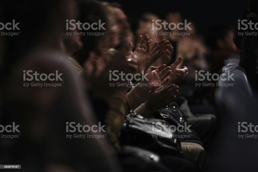Público batendo palmas - foto de acervo
