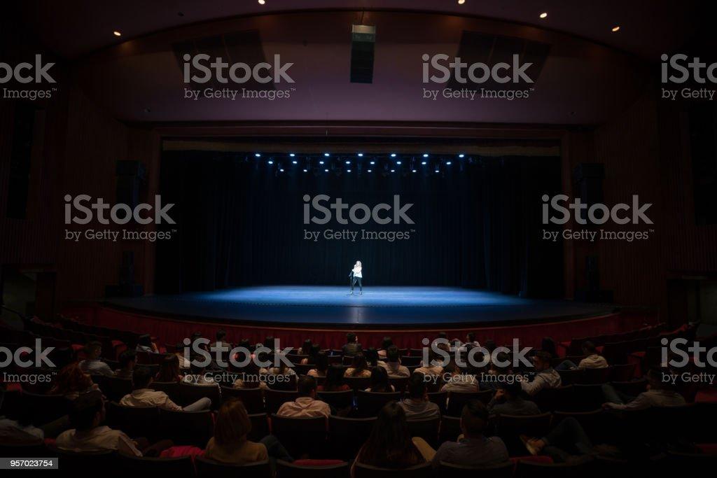 Public bénéficiant d'un rendement de chanter sur scène - Photo