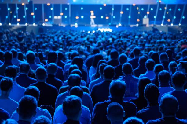 il pubblico ascolta il docente alla conferenza - evento foto e immagini stock