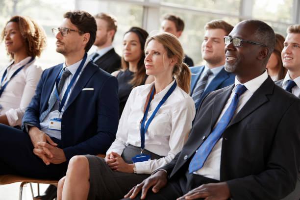 Publiek kijken naar een zakelijke bijeenkomst foto