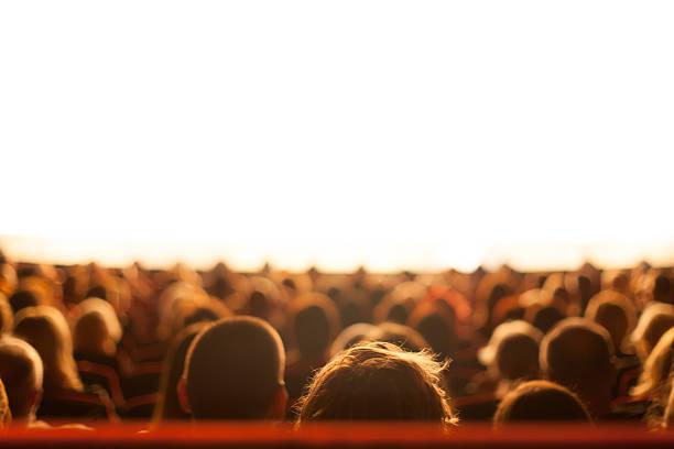 publikum bei theater spielen - stage musical stock-fotos und bilder