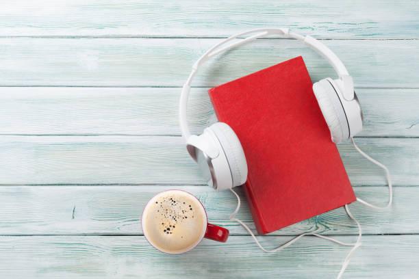 concepto de audiolibro - auriculares equipo de música fotografías e imágenes de stock