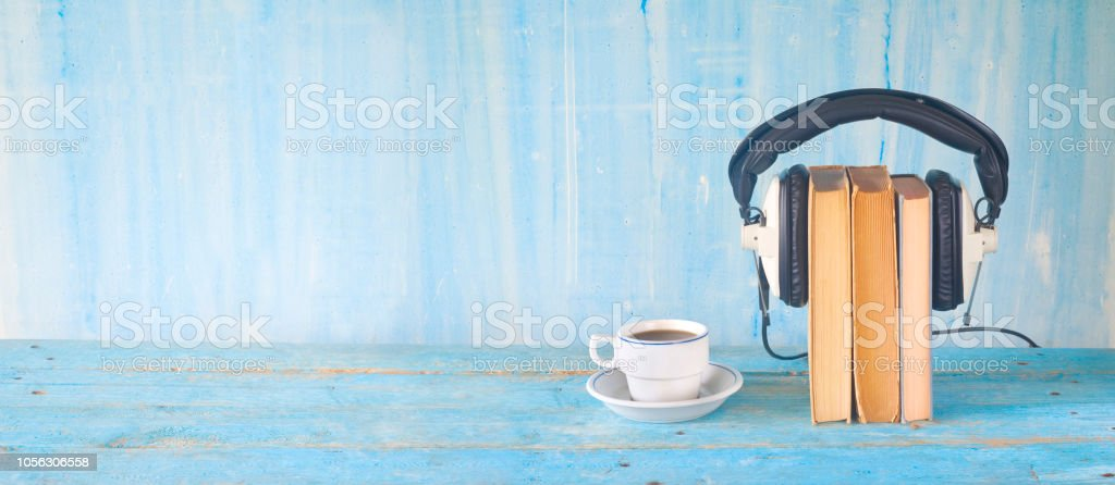 Hörbuch-Konzept mit Buch, Kopfhörer und Kaffee – Foto