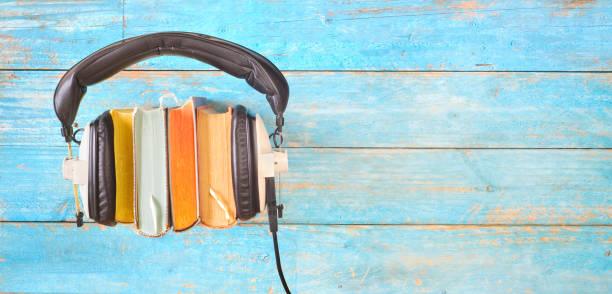 Hörbuch-Konzept, mit Buchreihen, Kopfhörern, Panorama, gutem Kopierplatz – Foto