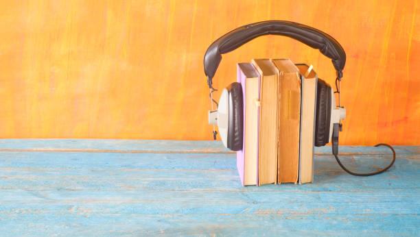 Hörbuch-Konzept, mit Bücherstapel, Kopfhörer, Panorama, guter Kopierplatz – Foto