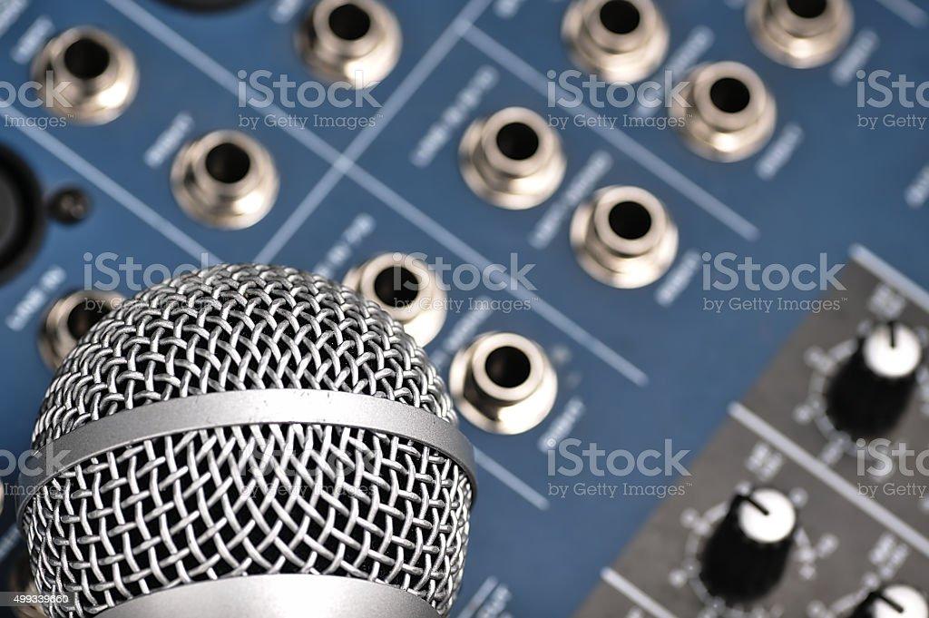 Mikser Audio i srebrny mikrofon. – zdjęcie